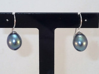 Whether your going to work or going out straight from work these classic mystic grey freshwater cultured Pearl ovals on a contemporary .925 Sterling Silver earring wire will suit any occasion. Approx 2.5cm drop