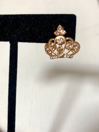 Treat yourself like a Queen in these sweet crown jeweled earrings! Color is rose gold . Beautiful and delicately charming!