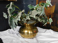 A FINE ANTIQUE BRASS PLANTER OR JARDINIERE