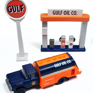40003 HO Scale Classic Metal Works 11960 Ford Tank Truck-Gulf Oil plus Service Station Sign & Gas Pump Island