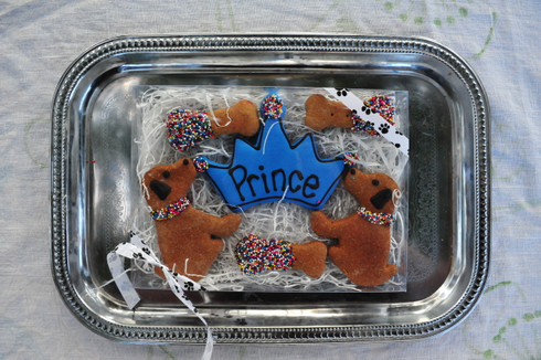This prince box includes 6 hand decorated treats, perfect for any prince!