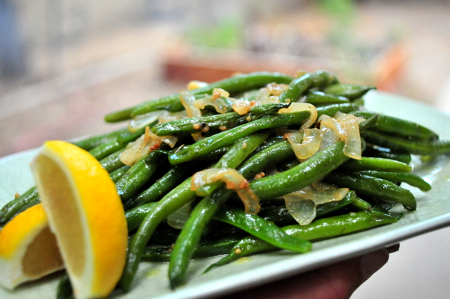 how to make sauteed green beans with onions and lemon using all natural french seasonings