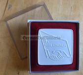 oo133 - cased Porcelain table medal - c1977 FDGB Congress at the Palast der Republik in Berlin