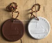 om804 - c1969 - 2x wearable Meissen porcelain medals - 800 years anniversary Wechselburg