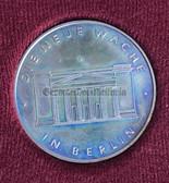 oo421 - c1967 DIE NEUE WACHE in Berlin - Wachregiment Honour Guard location - cased table medal