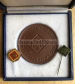 oo098 - 20 years anniversary VKSK Meissen porcelain cased tabled medal with enamel membership pins