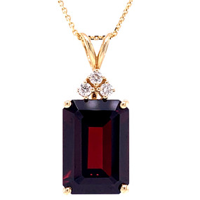 GARNET AND DIAMOND PENDANT AND CHAIN IN 14 KT YELLOW GOLD