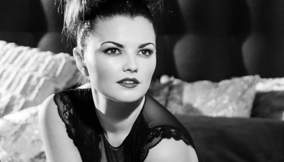 Stylish vintage style of women in black and white. Image by Emotion Studios of Wolverhampton.