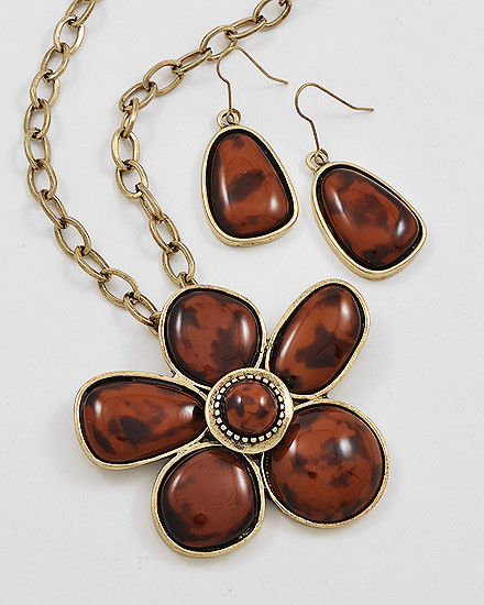 "12.00 resell for 36.00 or more Burnished Goldtone Metal / Brown Acrylic / Lead&nickel Compliant / Flower Pendant Necklace & Fish Hook Earring Set / •   LENGTH : 16 1/2"" + EXT •   PENDANT : 2 1/2"" DIA •   EARRING : 2 1/4"" L	 •   ANTIQUE GOLD/BROWN  Style #BAG110618"
