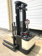 2004 CROWN WALKIE STACKER WITH GNB 24 VOLT INDUSTRIAL BATTERY AND CHARGER