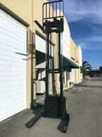 2005 CROWN WALKIE STACKER WITH DEKA 24 VOLT INDUSTRIAL BATTERY AND CHARGER