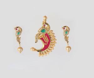 Beautiful design puligoru pendant having peacocks design