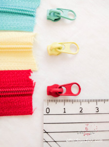 A Pair of Extra Zipper Pulls for Chain/Continuous (By-the-Metre) Size 3 Nylon Zipper in 10 Colours. Short.