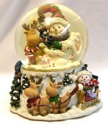 "MUSICAL SNOW GLOBE SNOW PEOPLE & REINDEER PLAYS WHITE CHRISTMAS MEASURES 5"" X 5"" X 5 3/4"""