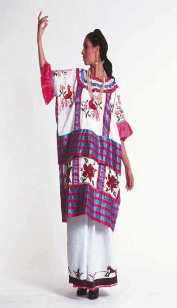 Los trajes típicos utilizados en la danza de Flor de Piña son los huipiles. El huipil es un vestido bordado a mano con diversos diseños y colores, y es la vestimenta ordinaria de las mujeres en los municipios de la región de la Cuenca del Papaloapan. Cada uno de los huipiles presentados en la Flor de Piña tiene características y atributos de los municipios a los que representan.