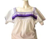 Reciosa blusa de popelina en manga corta bordada a punto de cruz   en diferentes diseños y colores.