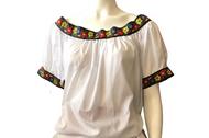 La blusa de la vestimenta típica de las mujeres campesinas de Tabasco es blanca y de mangas cortas. El cuello es cuadrado y cuenta con tiras bordadas con motivos de flores y animales. Se usa por los hombros y permite adaptar un escote.