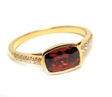 18K YELLOW GOLD - BEZEL SET GARNET & DIAMOND FASHION RING (0.11CT)