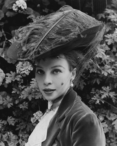 This is an image of Prints & Posters of Leslie Caron 106622