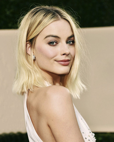 This is an image of Prints & Posters of Margot Robbie 204451