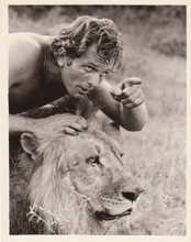 Ron Ely as Tarzan from classic 1968 TV series posing with lion 8x10 photo