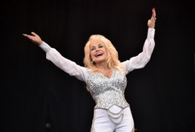 Dolly Parton in concert 8x10 photo arms in the air smiling