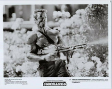 Arnold Schwarzenegger original 8x10 photo 1985 holding machine gun Commando