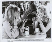 Shampoo original 1975 8x10 photo Julie Christie Goldie Hawn have coffee together
