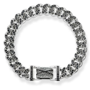 Inspired by the elegance of the golden age of Hollywood, the artful pavé embellishment crafted from black zirconia makes this opulent SO BLACK link bracelet and its exquisite folding clasp radiate in the enigmatic sparkle of the Art Deco.