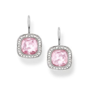 The dazzling pink THE SECRET OF COSMO swan-neck earrings reflect the secret of the cosmic colour spectrum in a truly special way: the sensual, hammered look of the pink synthetic corundum in the THOMAS SABO signature cut and the feminine cushion shape make these earrings crafted from 925 Sterling silver sparkle like stars in the sky.