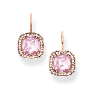 The dazzling pink THE SECRET OF COSMO swan-neck earrings reflect the secret of the cosmic colour spectrum in a truly special way: the sensual, hammered look of the pink synthetic corundum in the THOMAS SABO signature cut and the feminine cushion shape make these earrings with 18kt rose gold plating sparkle like stars in the sky.