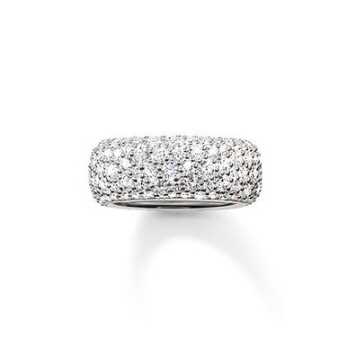 The stunningly-designed structure of the irregularly-set, white pavé zirconia lends the magically-dazzling CRUSHED PAVÉ ring its extraordinary sparkle. A setting crafted from 925 Sterling silver envelops this large, feminine band ring with a harmonious symphony of colours that completes the tricolour look of the CRUSHED PAVÉ range.
