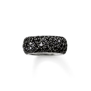 The stunningly-designed structure of the irregularly-set, black pavé zirconia lends the magically-dazzling CRUSHED PAVÉ ring its extraordinary sparkle. A setting crafted from blackened 925 Sterling silver envelops this large, feminine band ring with a harmonious symphony of colours that completes the tricolour look of the CRUSHED PAVÉ range.