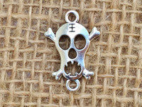 1   Screaming Skull Connector Charm