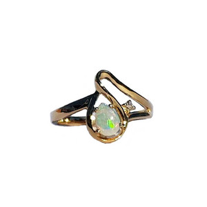 ELEGANT LOVE 9KT GOLD WHITE OPAL RING