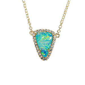 A GLOWING FISH SCALE 9KT YELLOW GOLD & WHITE TOPAZ AUSTRALIAN OPAL NECKLACE
