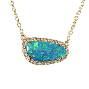 A GLITTERING MERMAID SCALE 9KT YELLOW GOLD & WHITE TOPAZ AUSTRALIAN OPAL NECKLACE