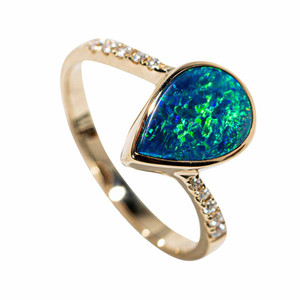 A LIFE THAT DAZZLES 14KT YELLOW GOLD & DIAMOND AUSTRALIAN OPAL RING