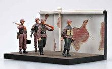 EASY MODEL 33602 1/35 WWII GERMAN SOLDIERS WAFFEN SS COMBAT TRAINING, 1941 (4 FIG) ASSEMBLED MODEL