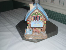 DEPT. 56 NORTH POLE VILLAGE- PORCELAIN BUILDING- LIMITED EDITION  PIEC SANTA'S HITCHING STATIONE-