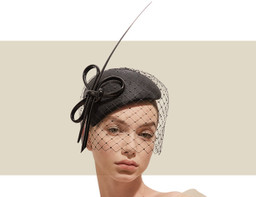 HANDBLOCKED CALOTTE HAT WITH VEILING - Black