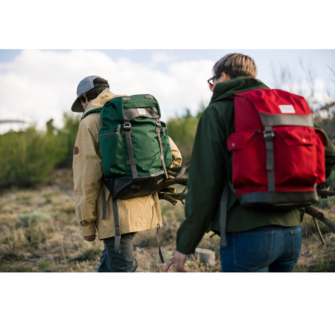 Man and woman hiking outside both wearing Wenzel Boulderdasche 33 packs