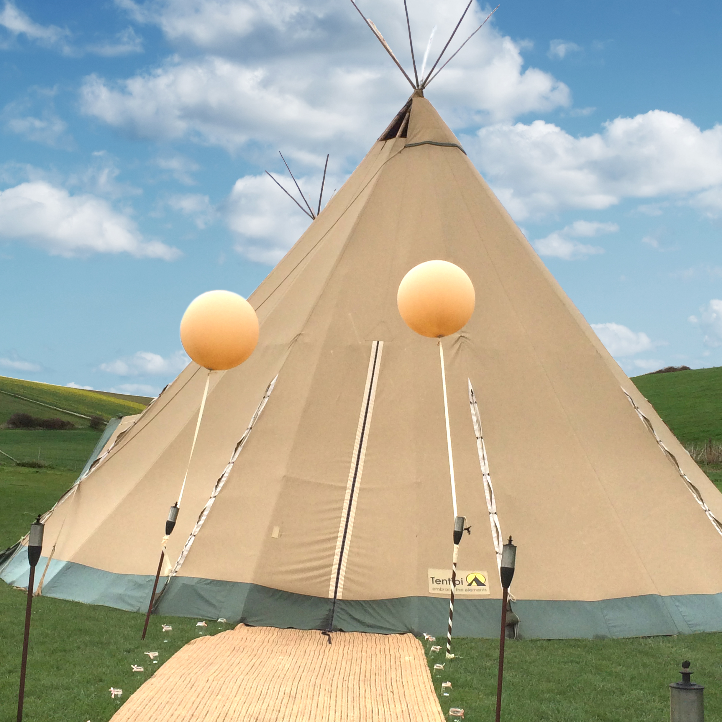 giant-balloons-for-teepee-festival-wedding.jpg