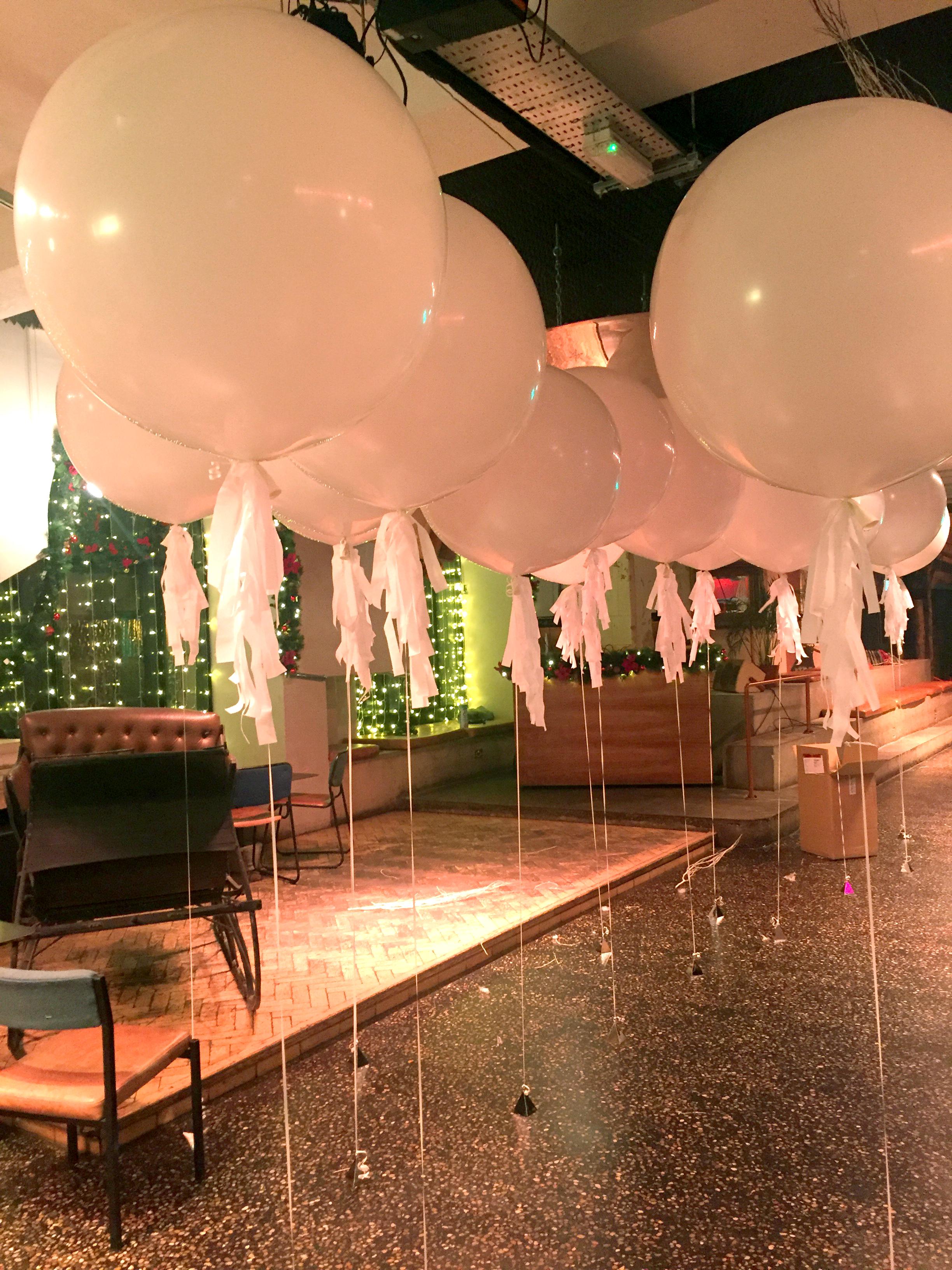 white-giant-balloons.jpg