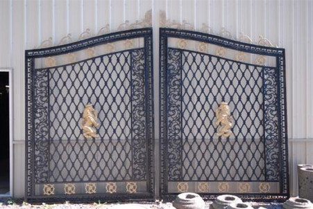 LARGE ESTATE / DRIVEWAY / ENTRANCE GATE IRON WITH GOLD LION EMBLEM, 13.5FT OPENING