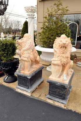 EXEMPLARY PAIR OF MARBLE ESTATE LIONS IN SUNSET MARBLE WITH BLACK BASE