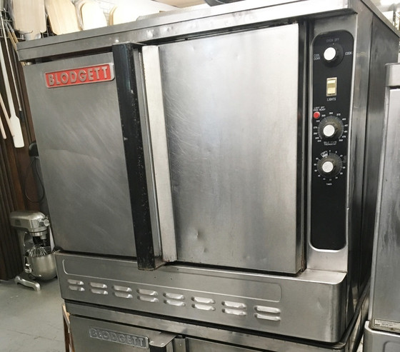 """Convection Oven, gas, single-deck, standard depth, capacity (5) 18"""" x 26"""" pans, (SSD) solid state digital controls, 2-speed fan, interior light, simultaneous operated doors with glass, porcelain crumb tray, stainless steel front, sides & top, 25"""" stainless steel legs, 1/2 HP, 55,000 BTU, cETL, NSF, CE"""