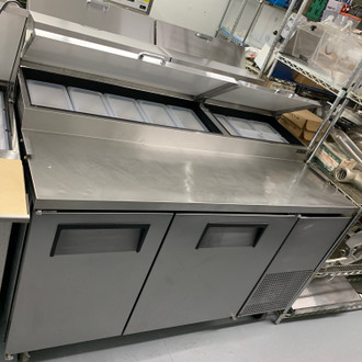 "USED TRUE Pizza Prep, 33-41°F pan rail, stainless steel cover, 19.5""D cutting board, stainless steel front, top & sides, (2) full doors, (4) adjustable wire shelves, includes (8) 1/3 size clear polycarbonate insert pans (top), aluminum interior with stainless steel floor, 5"" castors, front breathing, 1/4 HP, 115v/60/1, 3.9 amps, NEMA 5-15P, UL EPH Classified, cULus, CE, MADE IN USA"