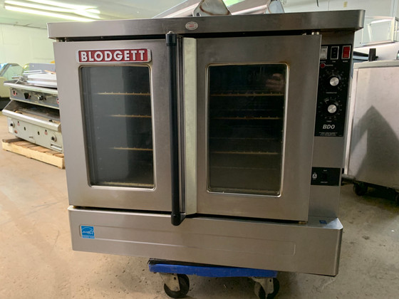 """BLODGETT Convection Oven, natural gas, single deck, standard depth, capacity (5) 18"""" x 26"""" pans, stainless steel doors, dual pane thermal glass windows, (5) stainless steel racks and (11) rack positions, chrome plated door handle, (SSM) solid state manual controls, cooling fan, porcelain cavity, lights, full angle iron frame, stainless steel construction, 25"""" stainless steel legs, 45,000 BTU, 3/4 hp blower, cETLus, NSF, ENERGY STAR"""
