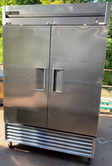 USED TRUE Freezer, Reach-in, -10° F, two-section, stainless steel doors, stainless steel front, aluminum sides, aluminum interior with stainless steel floor, (6) adjustable PVC-coated wire shelves, interior lighting, castors,  1 HP, 115v/60/1, 9.6 amps, NEMA 5-15P, MADE IN USA, cULus, UL EPH Classified, CE,  LOCATED: NORTH BROOKFIELD